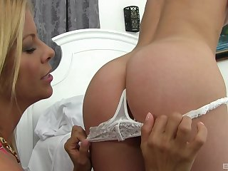 Sexy Alaina Dawson gets her pussy fingered together with crushed by Alexis Fawx