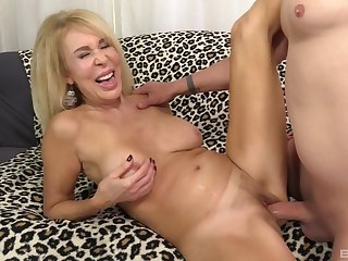 Top mature shows off in crazy couch be crazy on cam