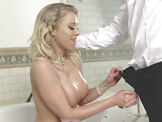 After bathing big breasted MILF is ready to nearly a nice titjob to her smile radiantly