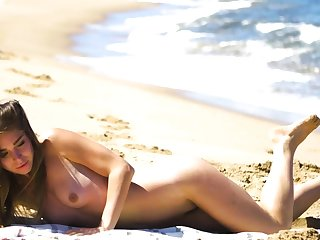 Teeny-weeny setting up MILF Lily Chey suntanning beyond everything the beach