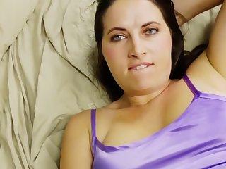 Sexy Brunette fur einen Arsch Fick geweckt